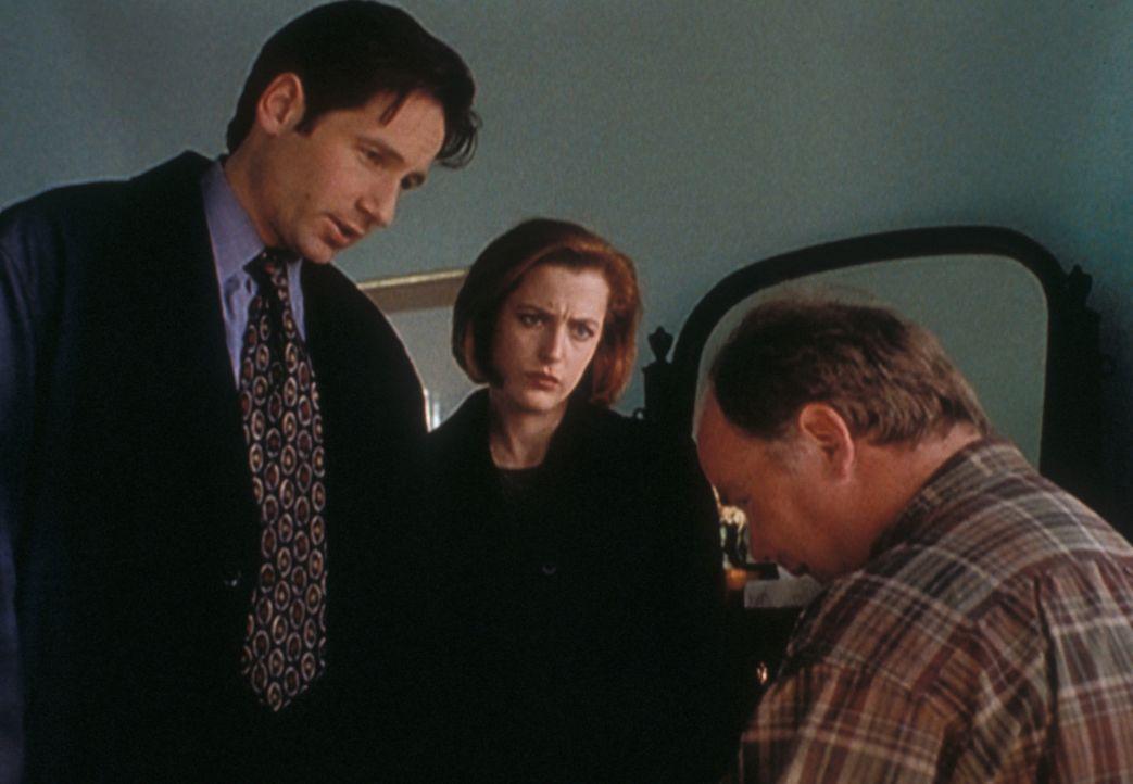Mulder (David Duchovny, l.) und Scully (Gillian Anderson, M.) verhören den geisteskranken Harold Spuller (Steven M. Porter, r.), der in einer Reihe... - Bildquelle: TM +   2000 Twentieth Century Fox Film Corporation. All Rights Reserved.