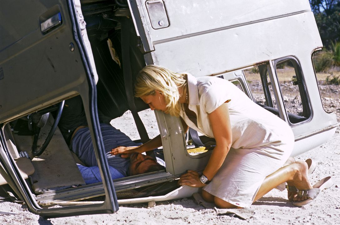 Beim Versuch, Elena (Sophie Schütt, r.) von ihrer Rückreise nach Deutschland abzuhalten, hat Phil (Merab Ninidze, l.) einen Autounfall. - Bildquelle: Megan Lewis Sat.1