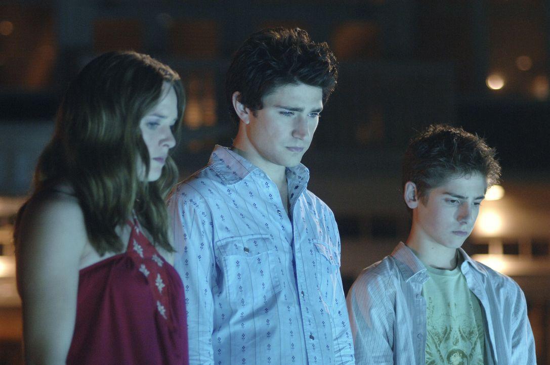 Trotz seiner Blamage ist Kyle (Matt Dallas, M.) bereit zusammen mit Lori (April Matson, l.) und Josh (Jean-Luc Bilodeau, r.) auf eine Party zu gehen... - Bildquelle: TOUCHSTONE TELEVISION