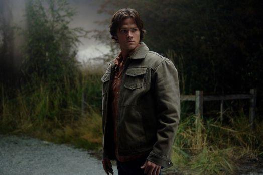 Supernatural - Sam (Jared Padalecki) und Dean untersuchen eine Kleinstadt, di...