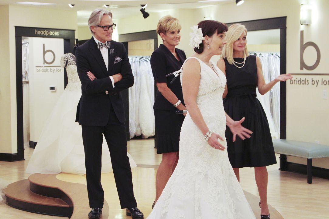 Werden Flo (r.), Monte (l.) und Lori (2.v.l.) für Suzanne (2.v.r.) das perfekte Kleid finden - das auch den Vorstellungen ihrer Töchter entspricht? - Bildquelle: TLC & Discovery Communications