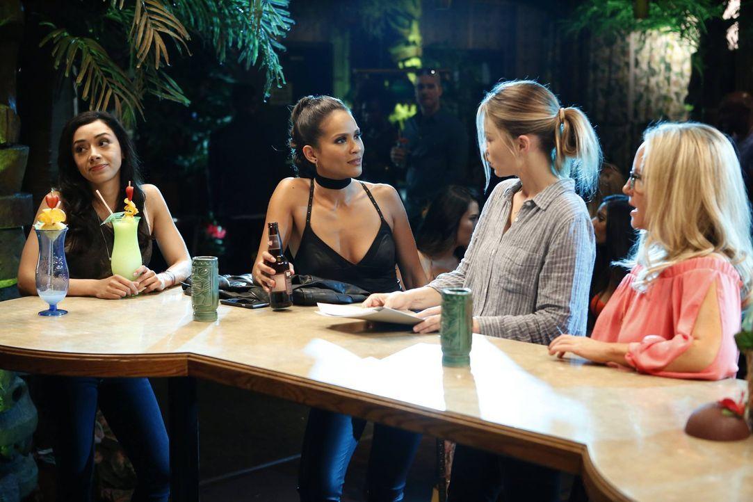 Einfach ein netter Mädelsabend? Während Chloe (Lauren German, 2.v.r.), Ella (Aimee Garcia, l.) und Linda (Rachael Harris, r.) die Einladung von Maze... - Bildquelle: 2016 Warner Brothers
