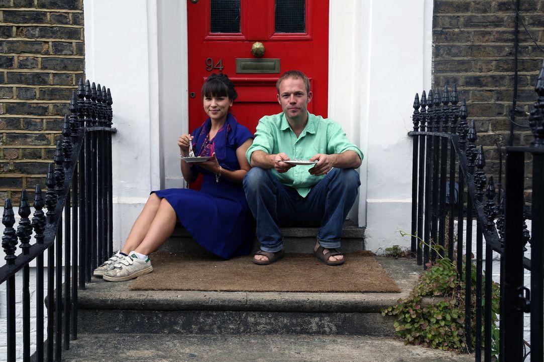 Auch in der Stadt kann man seine eigenen Produkte anbauen. Rachel (l.) verwendet den Salat des Stadtgärtners Tom (r.) für einen schönen Salat ... - Bildquelle: Richard Hill BBC 2013
