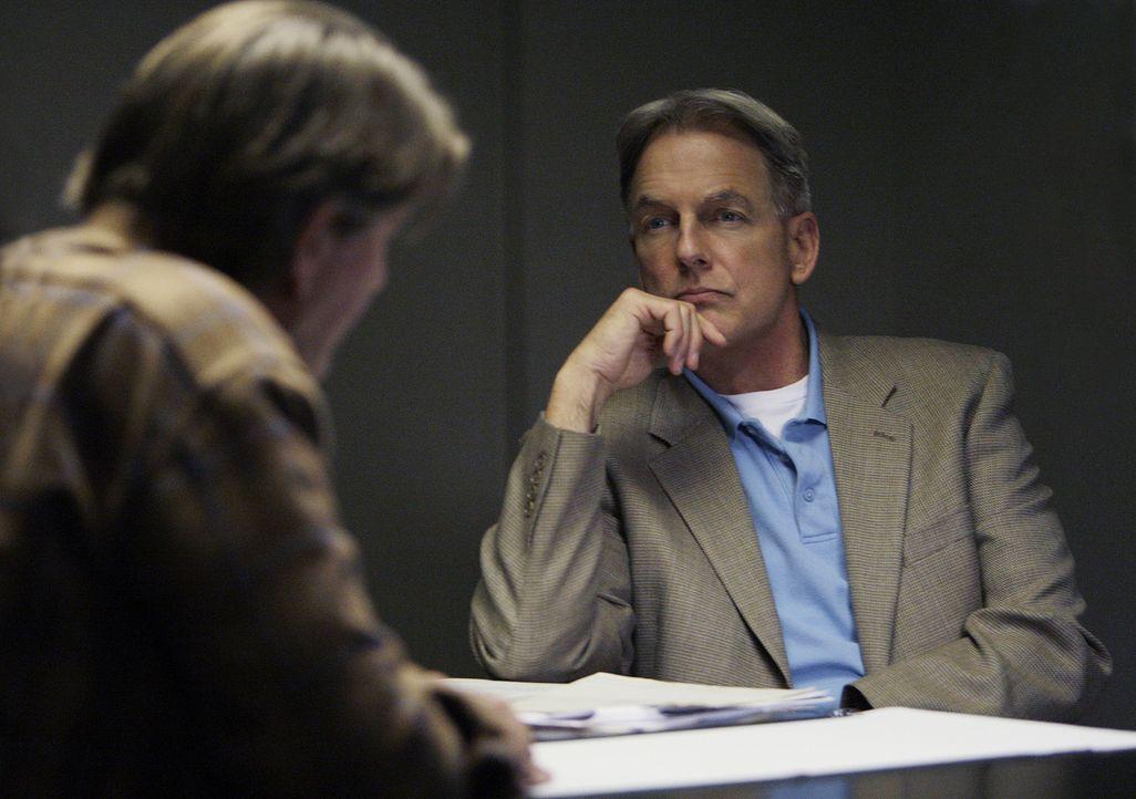 Ein neuer Mordfall beschäftigt Gibbs (Mark Harmon, r.) und sein Team. Hat Ned Quinn (Peter Coyote, l.) wirklich etwas mit dem Mord an dem älteren Eh... - Bildquelle: CBS Television
