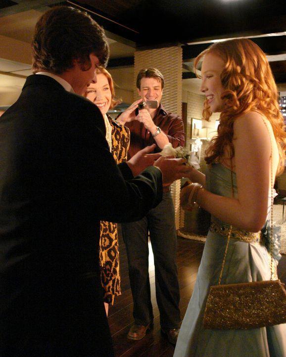 Richard (Nathan Fillion, 2.v.r.) und seine Mutter Martha (Susan Sullivan, 2.v.l.) wollen natürlich nichts verpassen als Alexis (Molly C. Quinn, r.)... - Bildquelle: ABC Studios