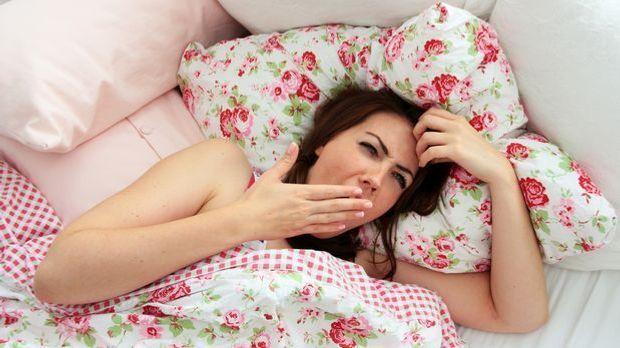 Gähnende-Frau-im-Bett_dpa
