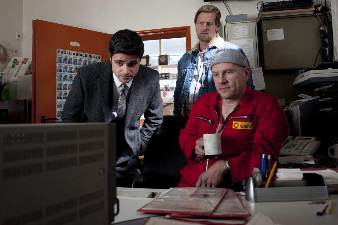 Mick (Henning Baum, hinten) und Andreas (Maximilian Grill, l.) haben schon bald einen Verdächtigen im Visier: Tankstellenpächter und Schwulenhasse... - Bildquelle: SAT.1
