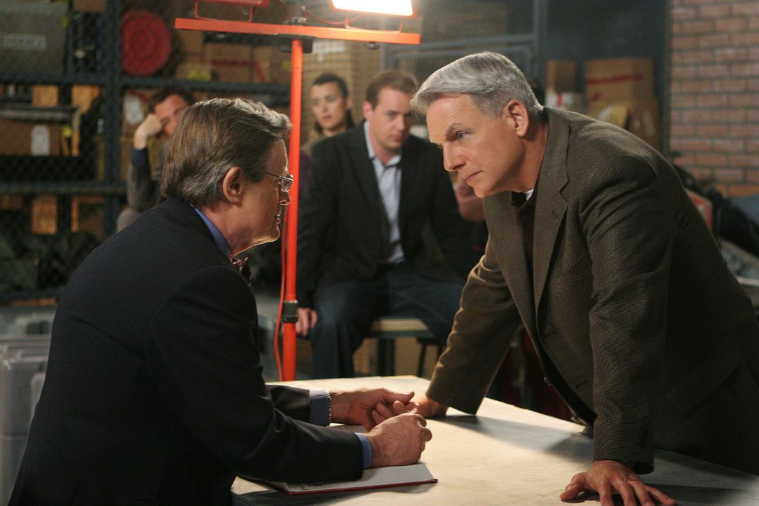 Das FBI platzt beim NCIS mit der Nachricht herein, dass  die Leiche von La Grenouille gefunden wurde. Fornell stellt Gibbs' Team (hinten v.l.n.r. Mi... - Bildquelle: CBS Television