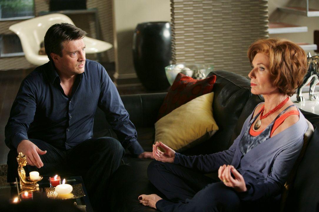 Castle (Nathan Fillion, l.) ist beunruhigt, weil seine Tochter Alexis ein Geheimnis vor ihm zu haben scheint. Er bittet seine Mutter (Susan Sullivan... - Bildquelle: ABC Studios