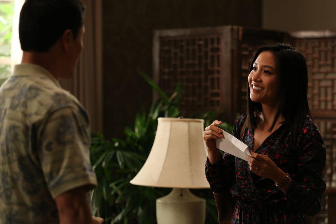 Während Jessica (Constance Wu, r.) ihre Karriere als Immobilienmaklerin um jeden Preis vorantreiben möchte, kauft Louis (Randall Park, l.) für das R... - Bildquelle: 2015 American Broadcasting Companies. All rights reserved.