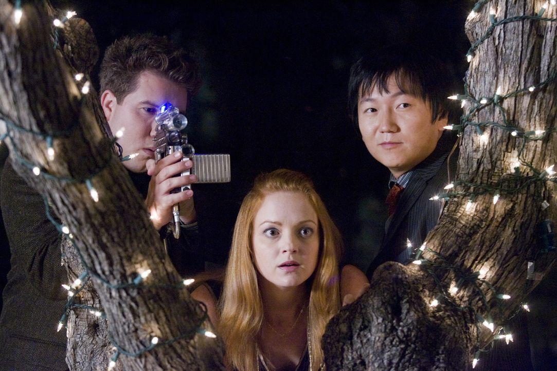 Erhalten (v.l.n.r.) Lloyd (Nate Torrence), Bruce (Masi Oka) und Nina (Jayma Mays) eine Chance, den Unsichtbaren zu überlisten? - Bildquelle: Warner Brothers