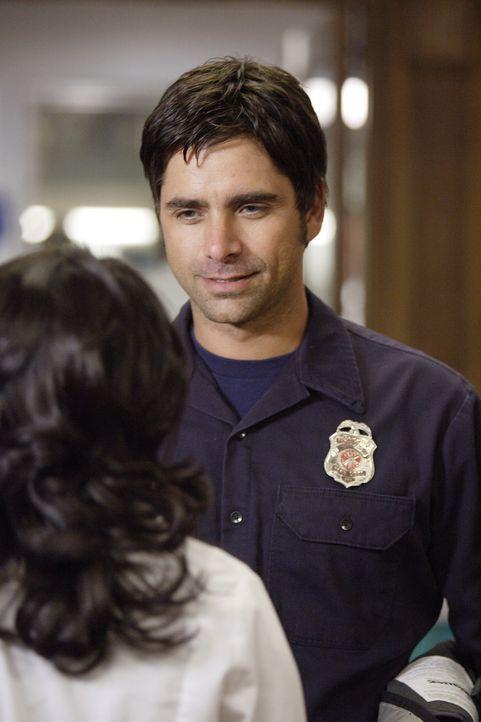 Die Anwesenheit von Officer Tony Gates (John Stamos, r.) lässt Neela (Parminder Nagra, l.) nicht unberührt ... - Bildquelle: Warner Bros. Television