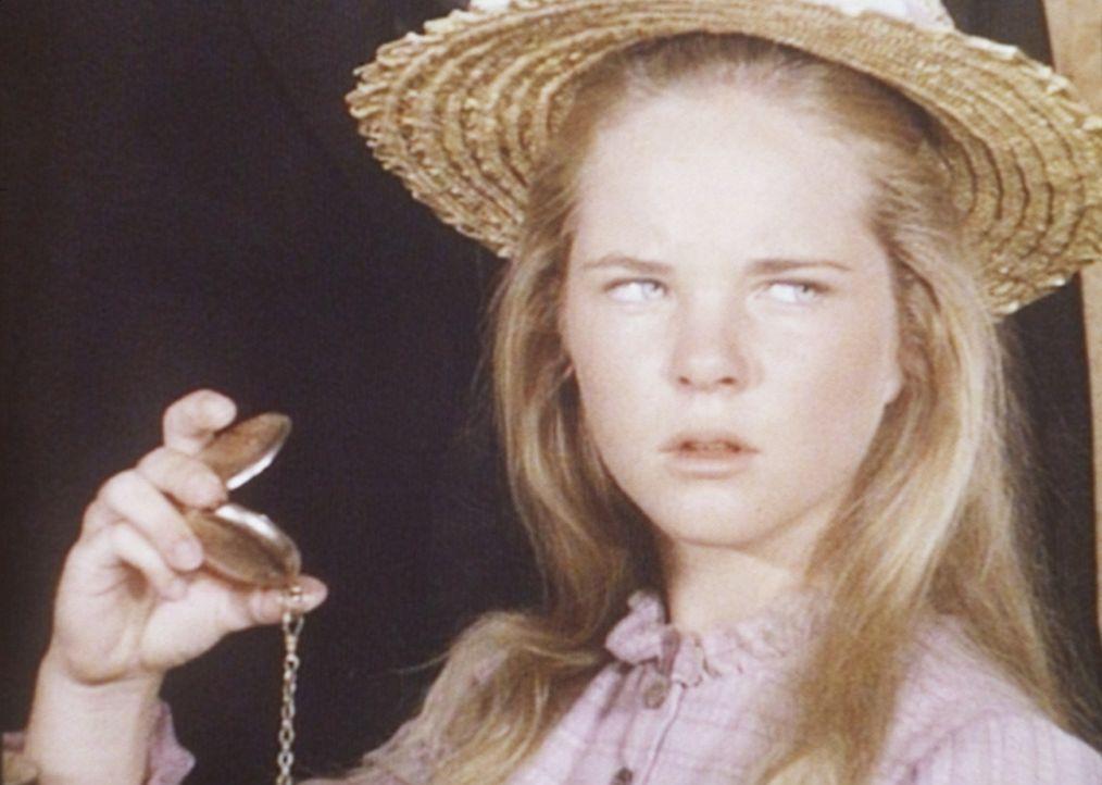 Mary (Melissa Sue Anderson, r.) ist misstrauisch geworden, denn sie hat entdeckt, dass der neue Geistliche die Taschenuhr von Reverend Alden besitzt. - Bildquelle: Worldvision