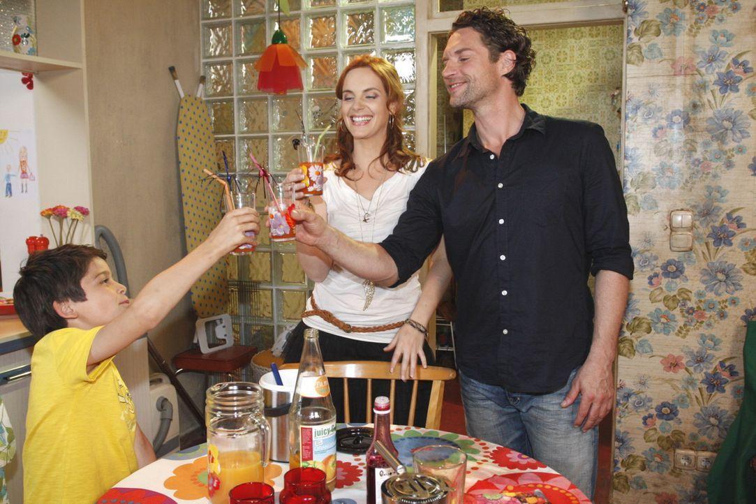 Stoßen auf die Zukunft an: Daniel (Alexander Türk, l.), Manu (Marie Zielcke, M.) und Toni (Ron Holzschuh, r.) - Bildquelle: SAT.1