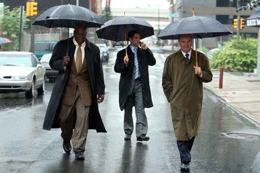 Cold Case - An einem regnerischen Tag werden Will (Thom Barry, l.), Scott (Da...