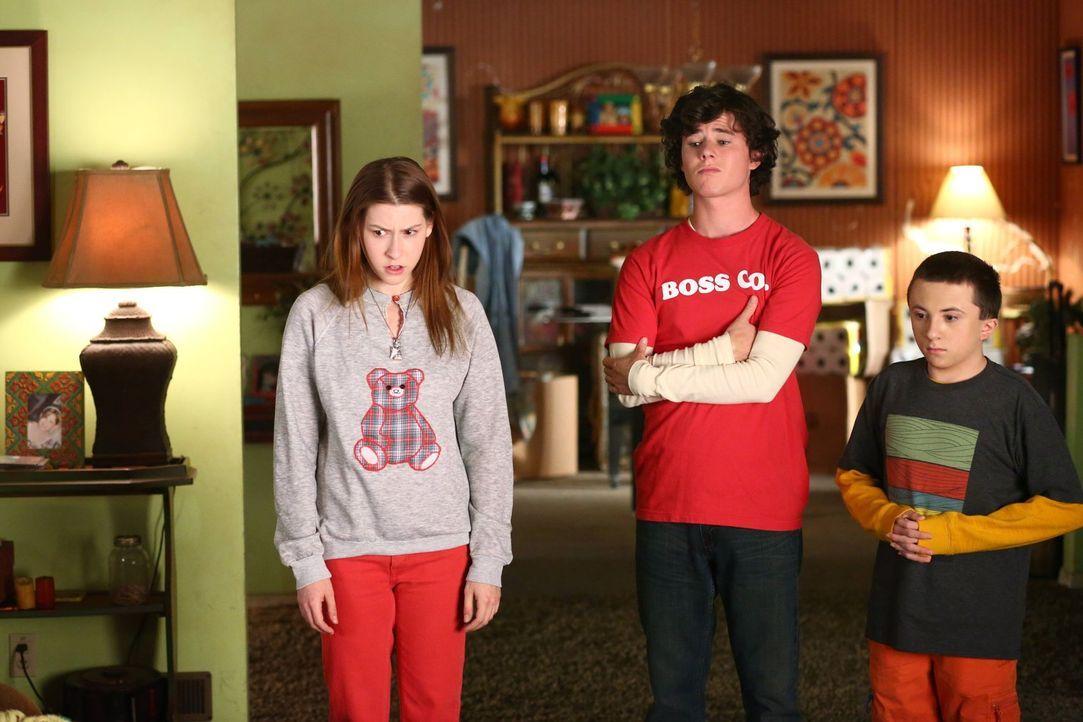 (v.l.n.r.) Sue (Eden Sher); Axl (Charlie McDemott); Brick (Atticus Shaffer) - Bildquelle: Warner Brothers