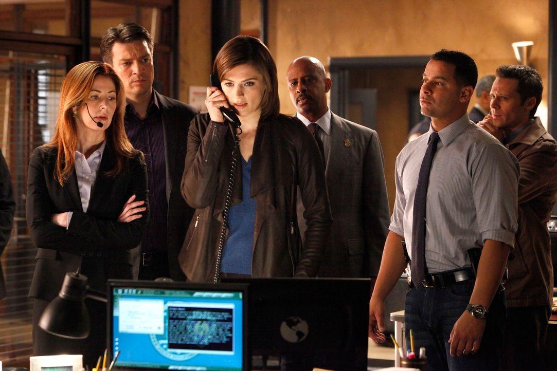 Jordan Shaw (Dana Delany, l.), Castle (Nathan Fillion, 2.v.l.), Roy Montgomery (Ruben Santiago-Hudson, 3.v.r.), Javier Esposito (Jon Huertas, 2.v.r.... - Bildquelle: ABC Studios