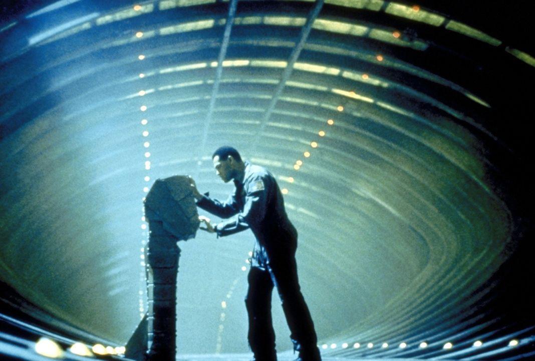 In seiner hoffnungslosen Verzweiflung versucht Captain Miller (Lawrence Fishburne), die Selbstzerstörung der Event Horizon zu aktivieren, um das Tor... - Bildquelle: Paramount Pictures