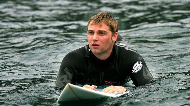 Der leidenschaftliche Surfer Jason (Mike Vogel) genießt seinen Urlaub in Span...