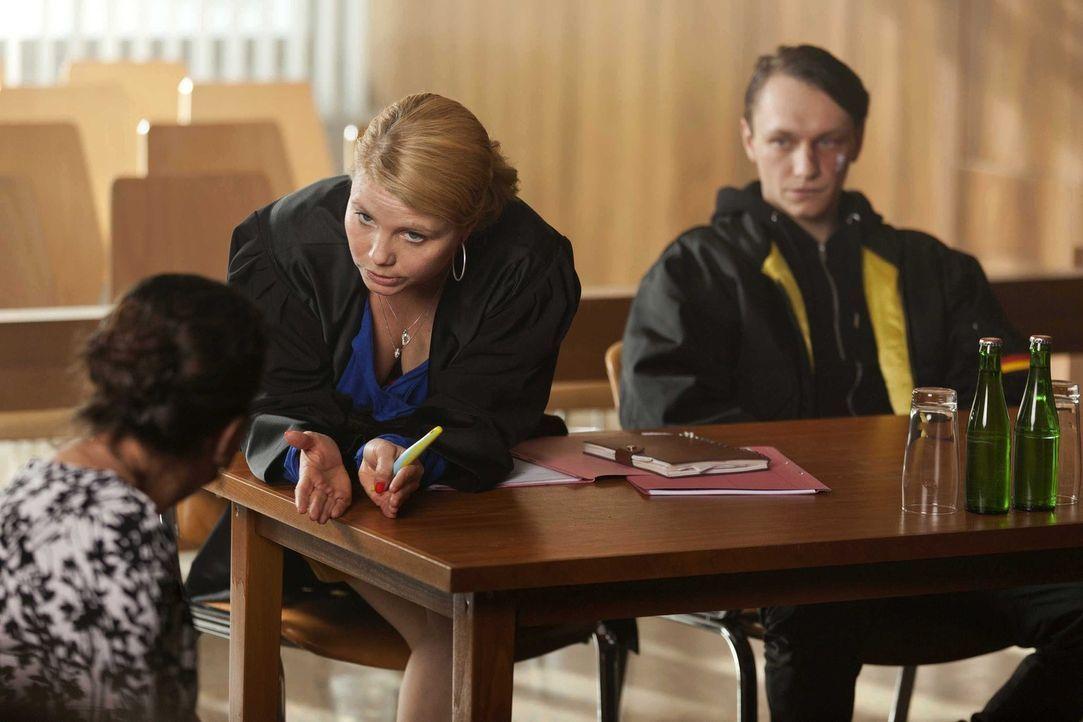 Danni (Annette Frier, M.) und ihr Mandant Patrick Hollerbach (Daniel Michel, r.) klagen gegen den berüchtigten und gefürchteten Schläger Hassan und... - Bildquelle: Frank Dicks SAT.1