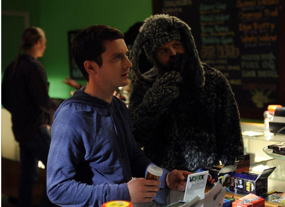 Wilfred (Jason Gann, r.) möchte helfen, Ryans (Elijah Wood, l.) Panikattacken zu mindern. Dafür gehen die Beiden zu einem Drogenhändler ... - Bildquelle: 2011 FX Networks, LLC. All rights reserved.