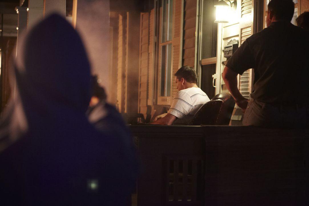 Tod auf der Veranda: Der 21-jährige Football-Spieler Trent Digiuro (Jakub Roman, M.) wird mit einem Kopfschuss regelrecht hingerichtet ... - Bildquelle: Darren Goldstein Cineflix 2011