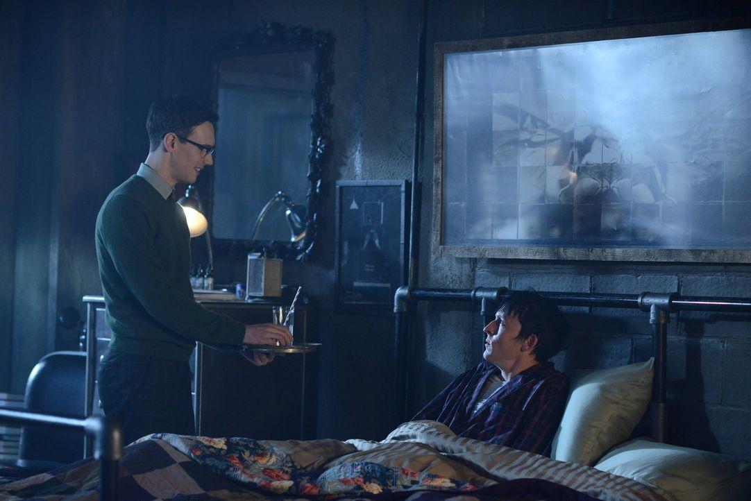 Zwischen Edward (Cory Michael Smith, l.) und Penguin (Robin Lord Taylor, r.) entsteht eine Art Freundschaft, während Jom Gordon Beweise gegen Theo G... - Bildquelle: Warner Brothers