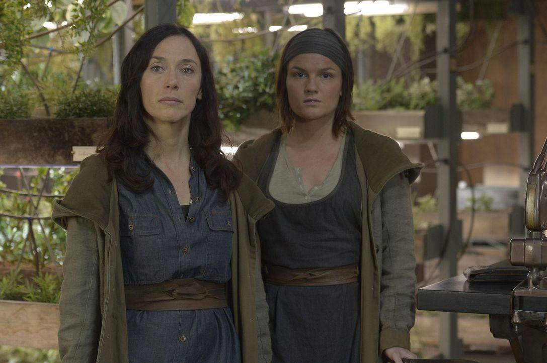 Stehen Schwester Anne (Severn Thompson, l.) und Schwester Olivia (Sarah Booth, r.) noch auf derselben Seite? - Bildquelle: Philippe Bosse 2014 Syfy Media, LLC