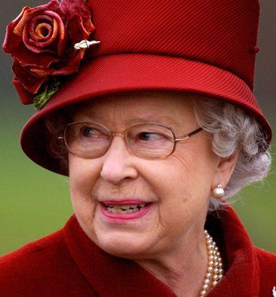 Die Queen schaut nach ihrem Enkel - Bildquelle: AFP