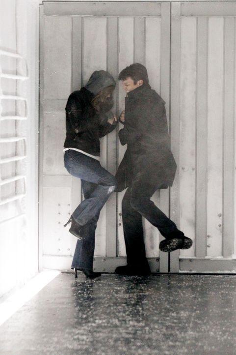 Mit vereinten Kräften versuchen sich Richard Castle (Nathan Fillion, r.) und Kate Beckett (Stana Katic, l.) aus dem Kühllaster zu befreien ... - Bildquelle: 2011 American Broadcasting Companies, Inc. All rights reserved.