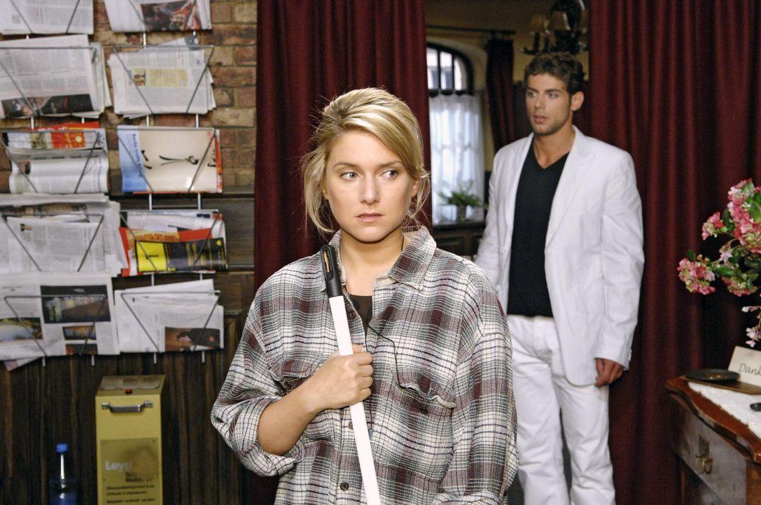 Ausgerechnet als Anna (Jeanette Biedermann, l.) im Restaurant putzt, trifft sie das erste Mal auf Jonas (Roy Peter Link, r.).