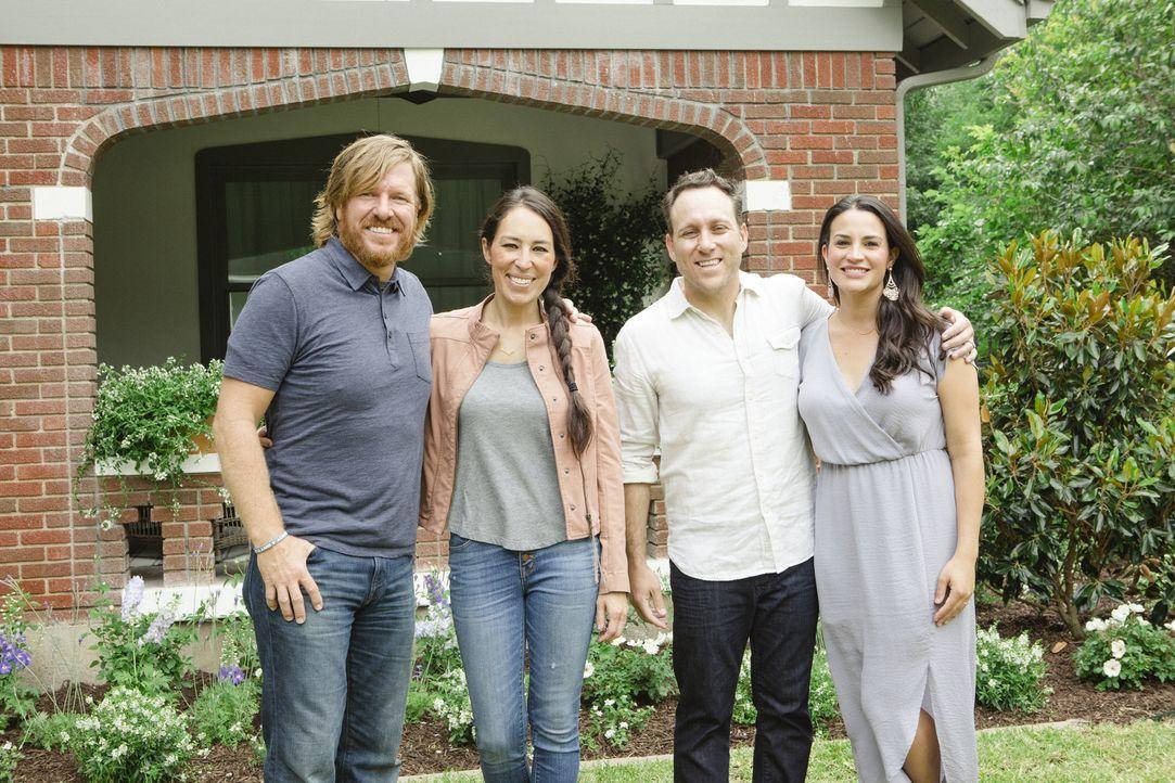 Können Chip (l.) und Joanna (2.v.l.) das Haus von Courtney (r.) und Joey Scrivano (2.v.r.) in ein Traumhaus verwandeln? - Bildquelle: Jennifer Boomer 2017, Scripps Networks, LLC. All Rights Reserved.