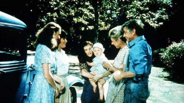 Mary Ellen (Judy Norton-Taylor, 2.v.l.) und Erin (Mary Beth McDonough, l.) si...