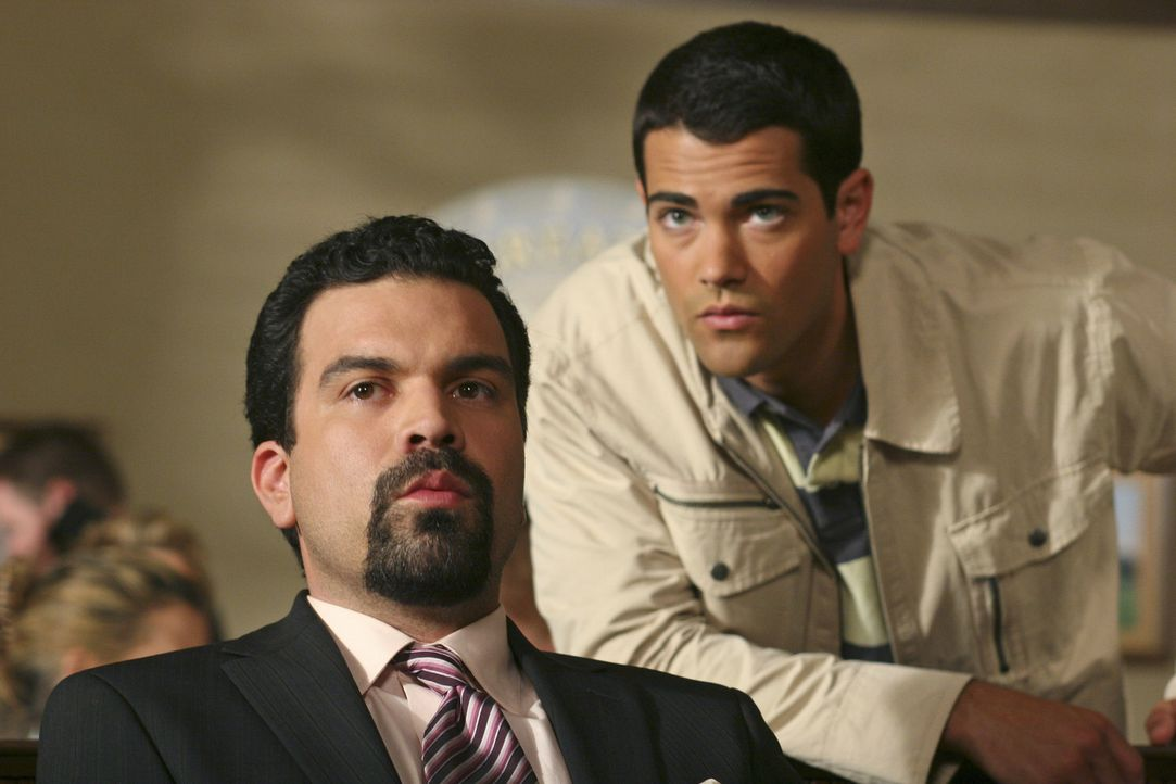 John (Jesse Metcalfe, r.) erscheint bei der Verhandlung im Gerichtssaal und flüstert Carlos (Ricardo Antonio Chavira, l.) etwas ins Ohr, dass Carlos... - Bildquelle: Touchstone Pictures