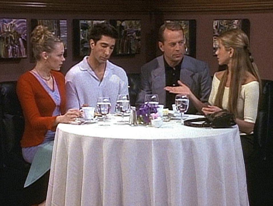 Rachel (Jennifer Aniston, r.) versucht, Paul (Bruce Willis, 2.v.r.) nur Gutes über Ross (David Schwimmer, 2.v.l.) zu erzählen, doch Paul versteht... - Bildquelle: TM+  2000 WARNER BROS.