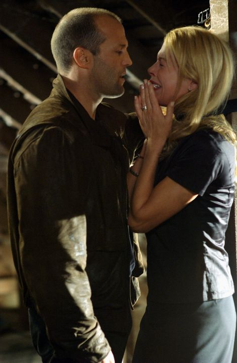 Eines Tages wird die Lehrerin Jessica Martin (Kim Basinger, r.) von Greer (Jason Statham, l.) und seinen Leuten entführt und auf einem Dachboden ein... - Bildquelle: Warner Bros. Pictures