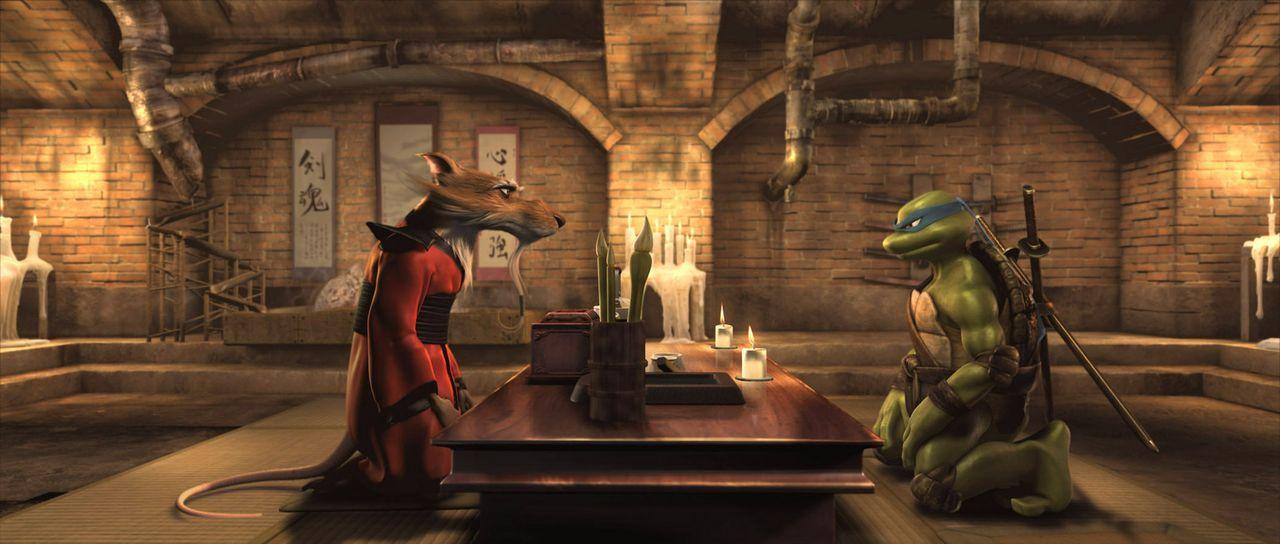 Meister Splinter (l.) bittet Leonardo (r.), zurück zu kommen und New York gemeinsam mit seinen Brüdern vor dem Bösen zu beschützen. - Bildquelle: TOBIS Filmkunst GmbH