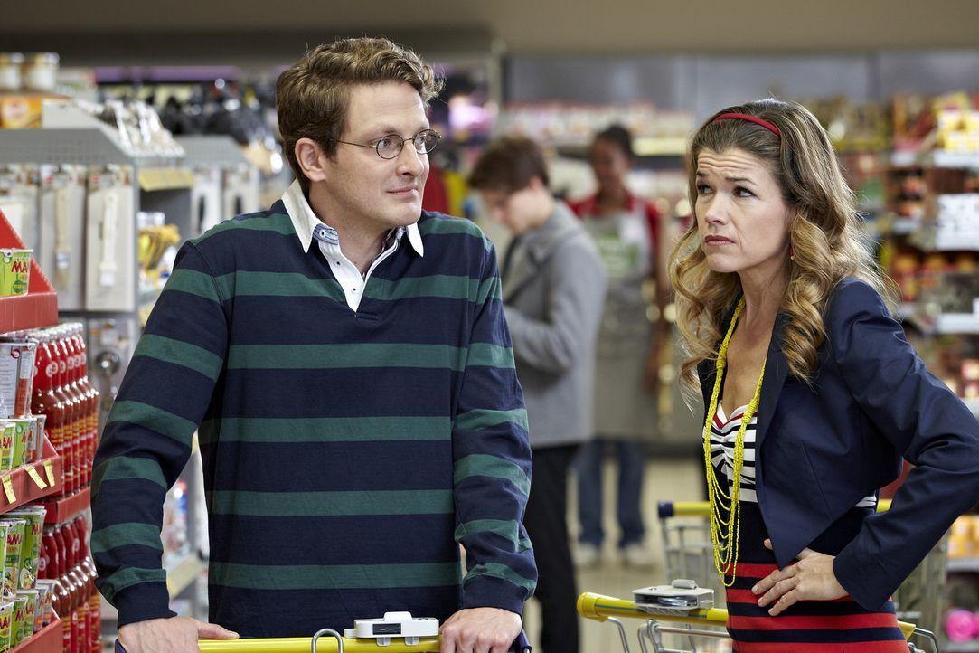 Kristina (Anke Engelke, r.) und Marcel (Holger Stockhaus, l.) treffen sich nach langer Zeit im Supermarkt wieder. Zunächst sind beide noch sehr glüc... - Bildquelle: Guido Engels SAT.1