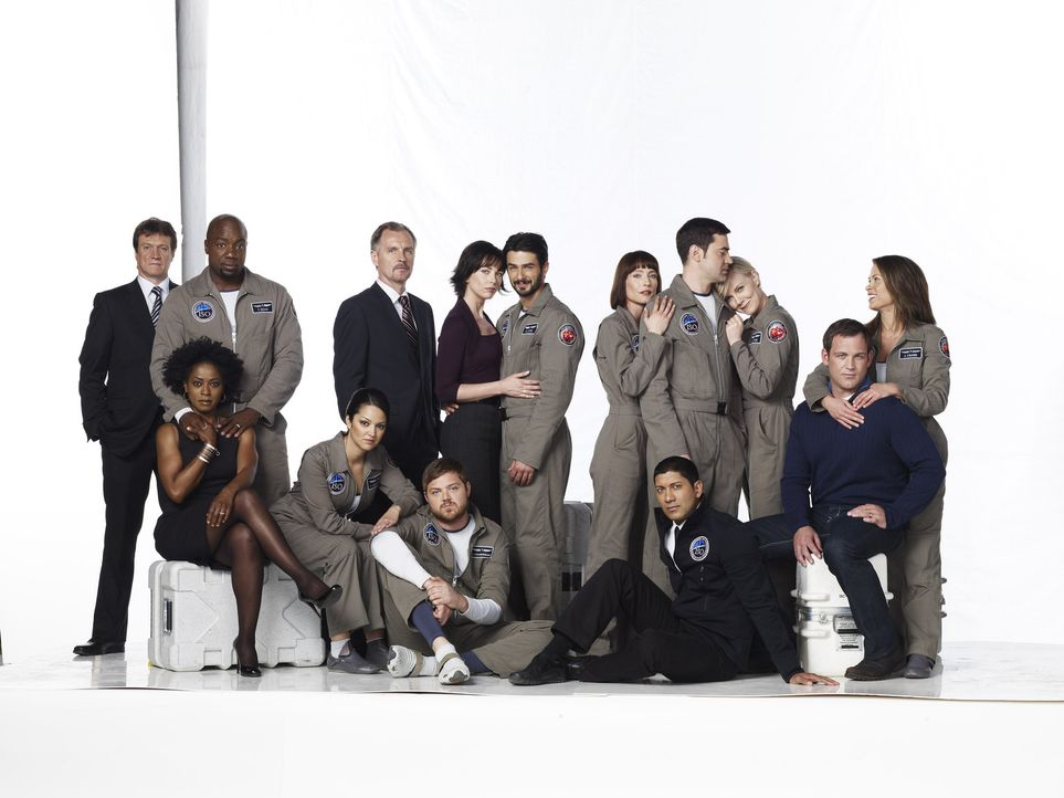 DEFYING GRAVITY: Maddux (Ron Livingston, hinten 3.v.r.), Ted (Malik Yoba, hinten 2.v.l.), Mike (Andrew Airlie, hinten 3.v.l.), Paula (Paula Garces,... - Bildquelle: 2009 Fox Television Studios.