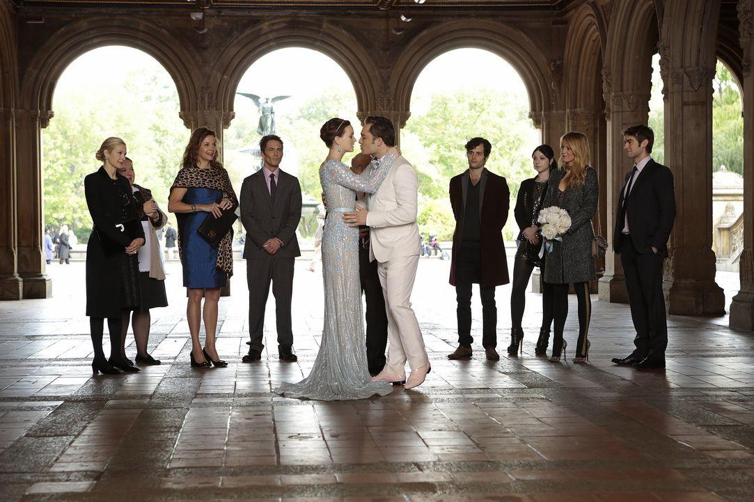 Blair und Chuck küssen sich - Bildquelle: Warner Bros. Entertainment Inc.