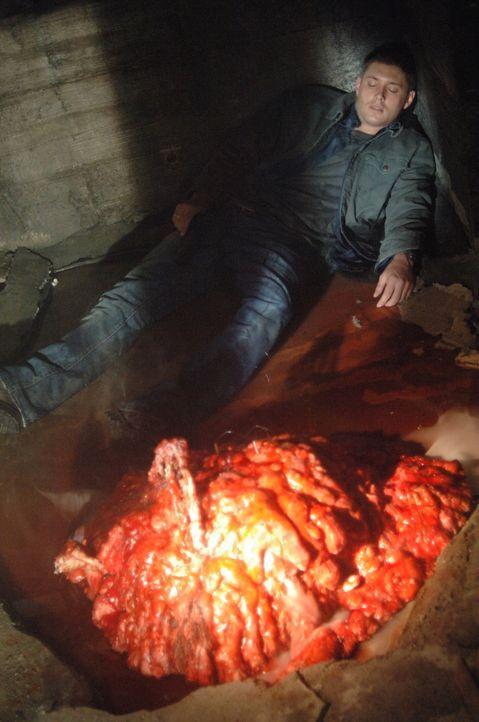 Dean (Jensen Ackles) will das Wesen mit einem Elektroschock erledigen, doch dabei begeht er einen fatalen Fehler ... - Bildquelle: Warner Bros. Television