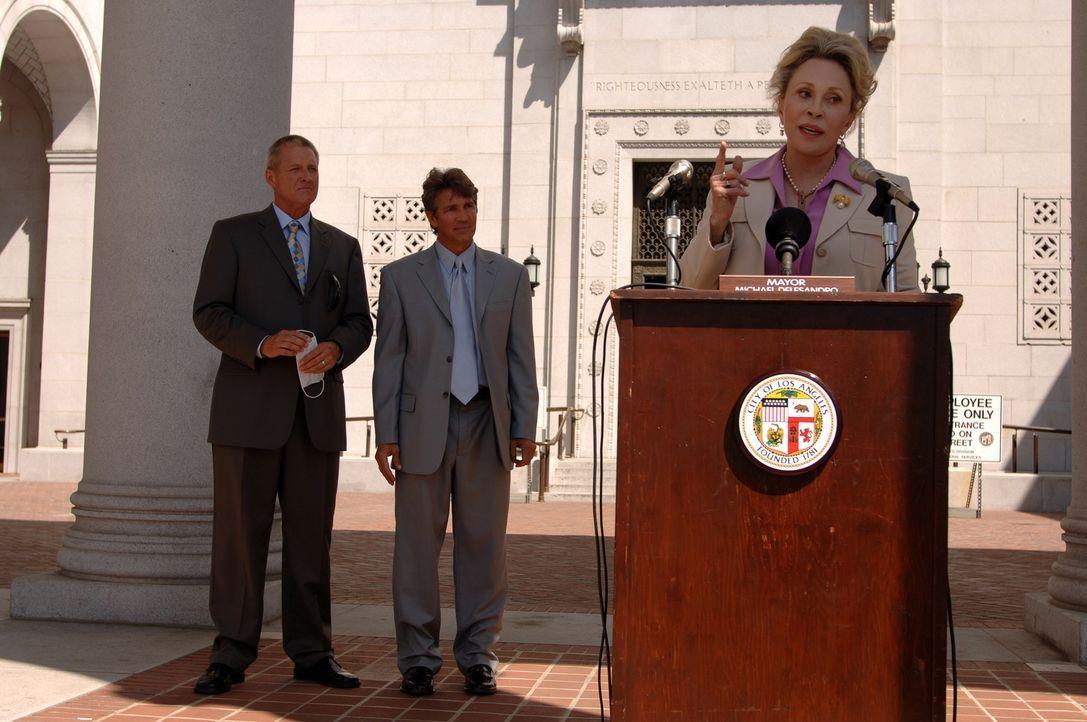 Während ihre Kontrahenten, der Bürgermeister von L.A., Richard Dellasandro (Eric Roberts, M.), und Friedlander (Bruce Boxleitner, l.) nach wie vor... - Bildquelle: 2006 RHI Entertainment Distribution, LLC
