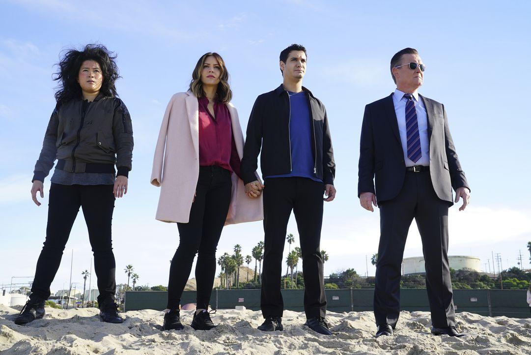Während sich (v.l.n.r.) Happy (Jadyn Wong), Paige (Katharine McPhee), Walter (Elyes Gabel) und Cabe (Robert Patrick) mit einem auf die mexikanische... - Bildquelle: Monty Brinton 2017 CBS Broadcasting, Inc. All Rights Reserved