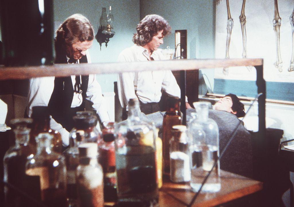 Charles (Michael Landon, M.) erfährt von Dr. Baker (Kevin Hagen, l.), dass sein Sohn Albert (Matthew Laborteaux, r.) bei einem Unfall einen kompliz... - Bildquelle: Worldvision