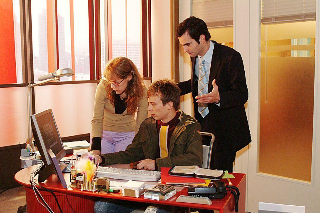 Während Lisa (Alexandra Neldel, l.) und David (Mathis Künzler, r.) immer nervöser werden, ist Computerfreak Jürgen (Oliver Bokern, M.) ganz in s... - Bildquelle: Sat.1