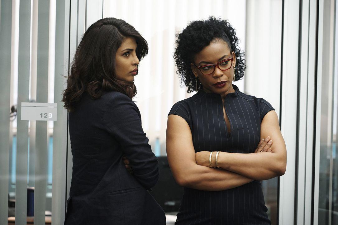 Alex (Priyanka Chopra, l.) ist alarmiert, als sie Shelby im Büro des FBI sieht. Sie glaubt, dass sie mit dem unbekannten Terroristen zusammenarbeite... - Bildquelle: Philippe Bosse 2015 ABC Studios