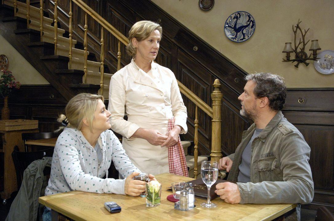 Anna lädt Ulrich in das Restaurant Goldelse ein. v.l.n.r.: Anna (Jeanette Biedermann), Susanne (Heike Jonca), Ulrich (Wolfgang Wagner) - Bildquelle: Oliver Ziebe Sat.1