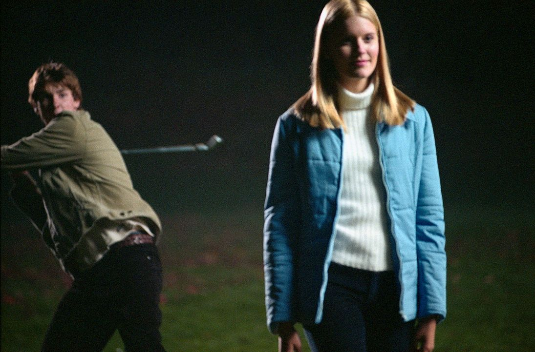 Mit zwölf kräftigen Hieben mit einem Golfschläger zertrümmert Michael Skakel (Jon Foster, l.) die Schädeldecke von Martha Moxley (Maggie Grace,... - Bildquelle: Sony Pictures Television International. All Rights Reserved.