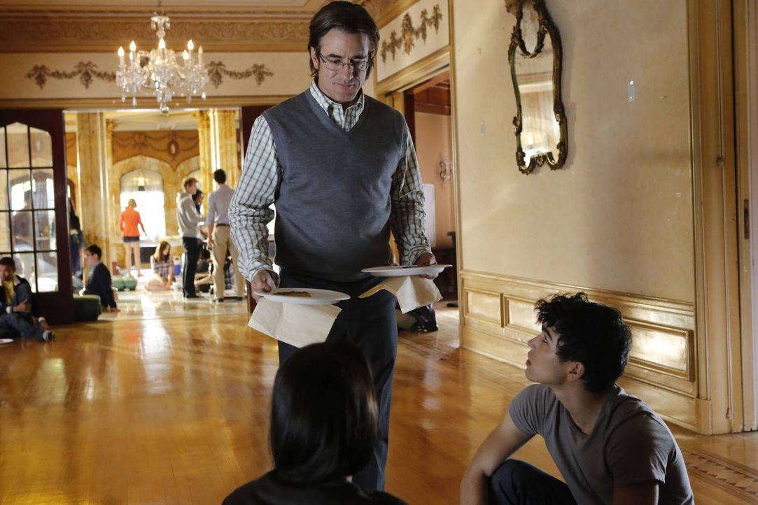 Thomas Gibson (Dermot Mulroney, l.) hat sich als Begleitperson für einen Schulausflug einer Eliteschule gemeldet, um die Beziehung zu seiner Tochter... - Bildquelle: 2013-2014 NBC Universal Media, LLC. All rights reserved.