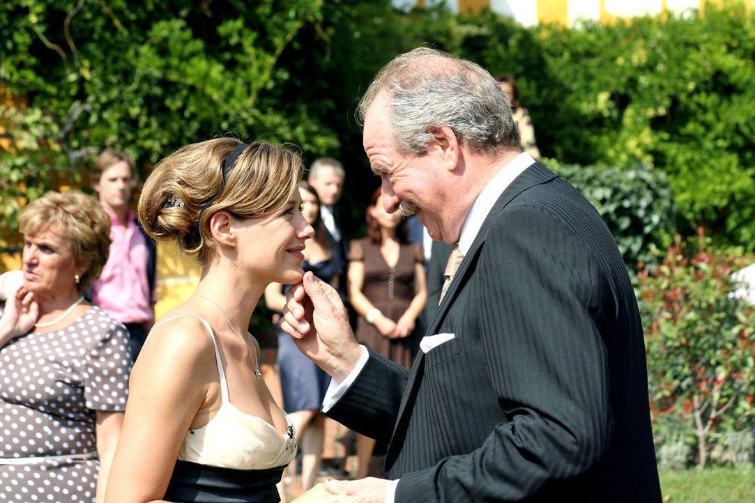 Gabriel (Friedrich von Thun, r.) begrüßt seine Tochter Esther (Alexandra Neldel, l.) und überrascht sie mit der Nachricht, dass sie nun endlich der... - Bildquelle: Petro Domenigg Sat.1